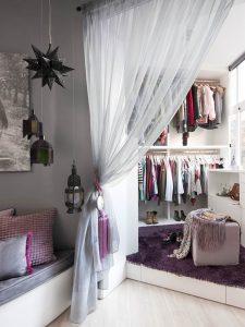 la ventaja que ofrecen las cortinas con respecto a otras soluciones para dividir espacios es que si quieres convertir ambas estancias en una